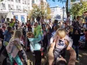 Több száz gyermeket emeltek a magasba Kecskeméten is